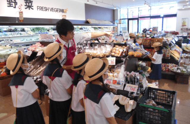地元小学校の児童を店舗に招き社会科見学に協力(マックスバリュ関東)